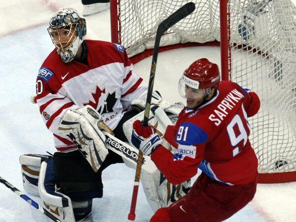 Олег Сапрыкин празднует гол в ворота Дуйэна Ролосона в финальном матче ЧМ-2009 по хоккею