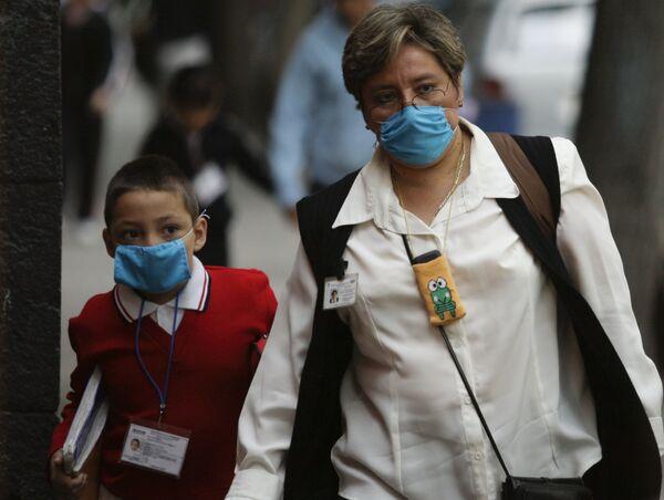 Мать с сыном в защитных масках