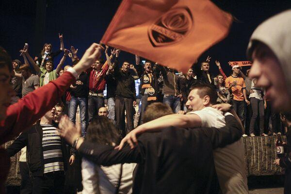 Болельщики футбольного клуба Шахтер в Донецке