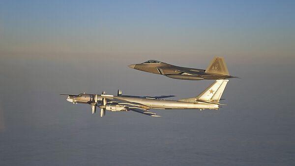 Российский стратегический бомбардировщик Ту-95МС и американский истребитель F-22A Раптор. Архивное фото