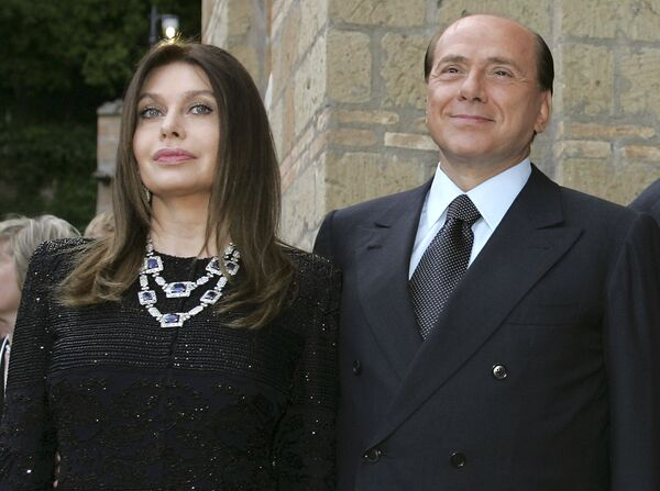 Премьер-министр Италии Сильвио Берлускони с супругой Вероникой Ларио