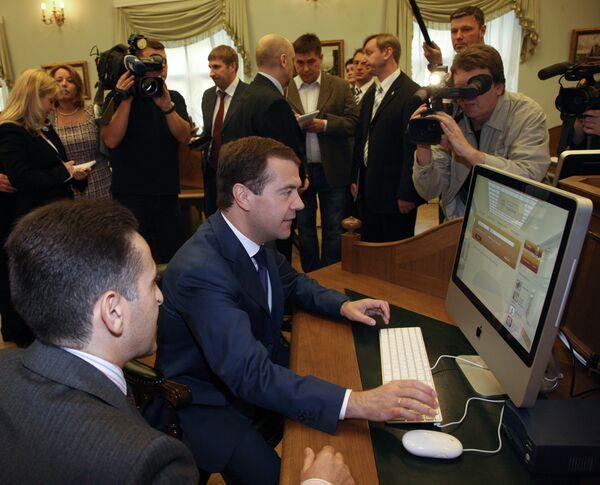 Медведев получил читательсткий билет в Библиотеке Ельцина в Петербурге