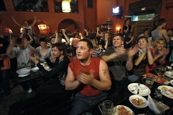 Болельщики в спорт-баре