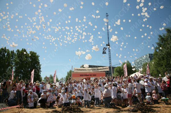 Запуск воздушных шаров в память об Олеге Янковском на воскреснике фестиваля Черешневый лес