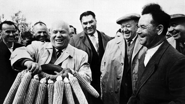 Н. С. Хрущеву в одном из украинских колхозов вручают венок из кукурузы
