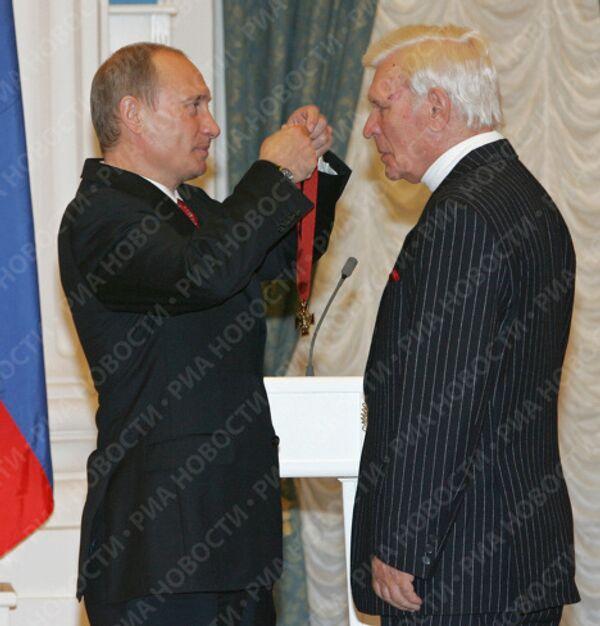 Владимир Путин вручил Орден За заслуги перед Отечеством III степени народному артисту России Петру Вельяминову. Май 2007 года
