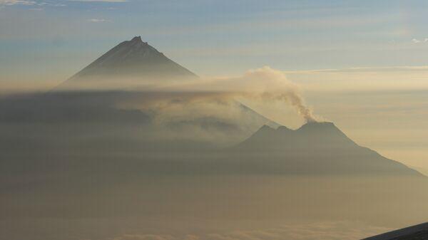 Вулкан Безымянный (справа) и вулкан Камень (слева). Архивное фото