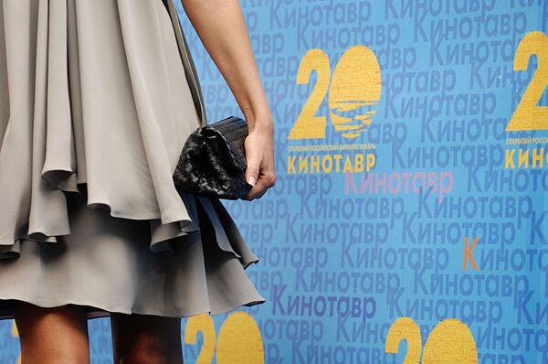 Аксессуары гостей на церемонии закрытия XX кинофестиваля Кинотавр
