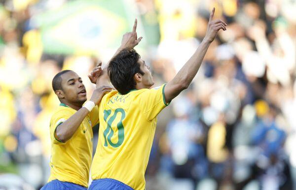 Футболист сборной Бразилии Кака (справа)