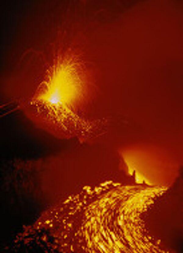 Вулкан Ключевской фонтанирует лавой на 300 метров над кратером
