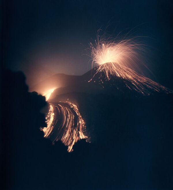 Вулкан Ключевской выбрасывает раскаленную лаву на 70 метров