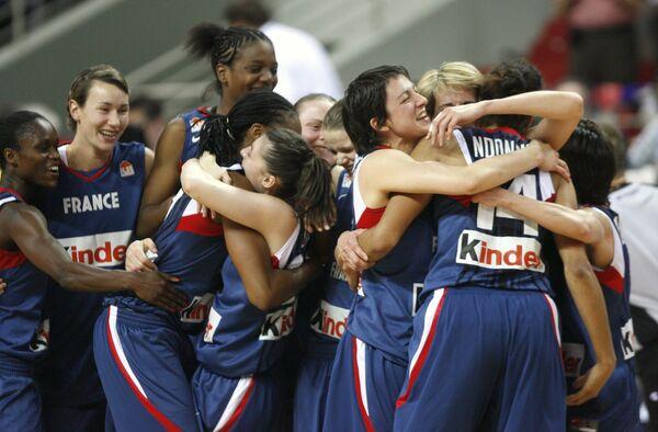 Баскетболистки сборной Франции празднуют победу над Белоруссией в полуфинале ЧЕ-2009