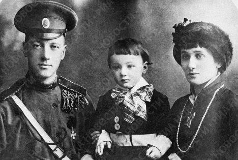 Поэты Гумилёв и Ахматова с сыном Львом