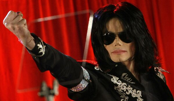 Майкл Джексон во время пресс-конференции в Лондоне
