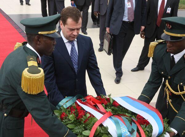 Президент РФ Д.Медведев возложил цветы к памятнику первому Президенту Анголы