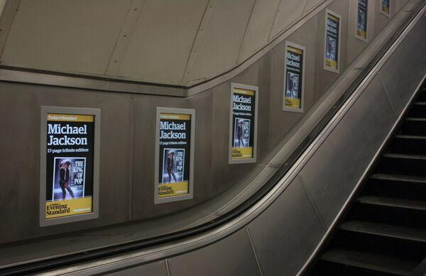 Афиши газет с известием о смерти Майкла Джексона в лондонском метро