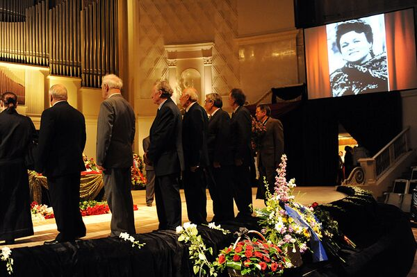 Церемония прощания с Людмилой Зыкиной в зале имени Чайковского
