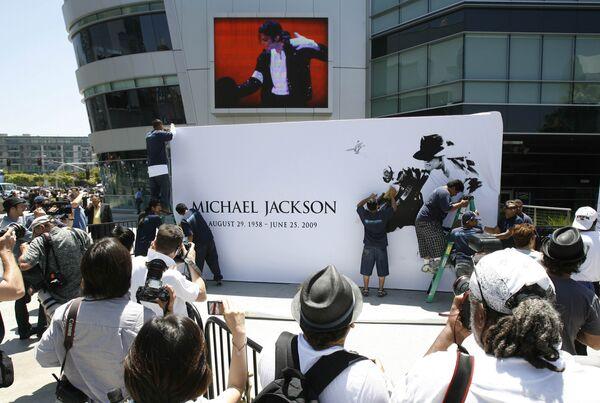 Поклонники Майкла Джексона у комплекса Staples в Лос-Анджелесе, где пройдет церемония, посвященная памяти звезды