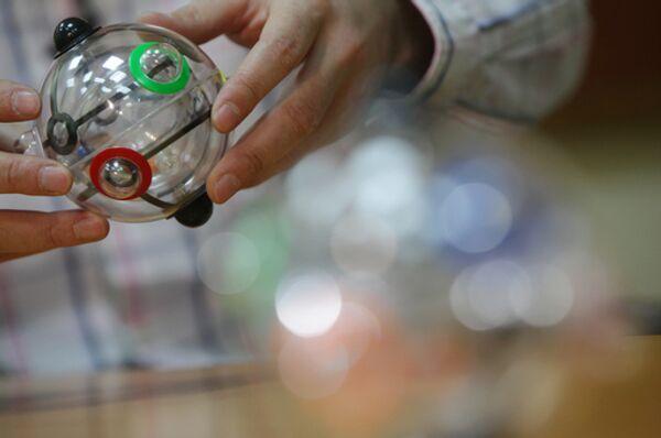 Новая головоломка изобретателя Эрно Рубика — шарик Рубика. Архив