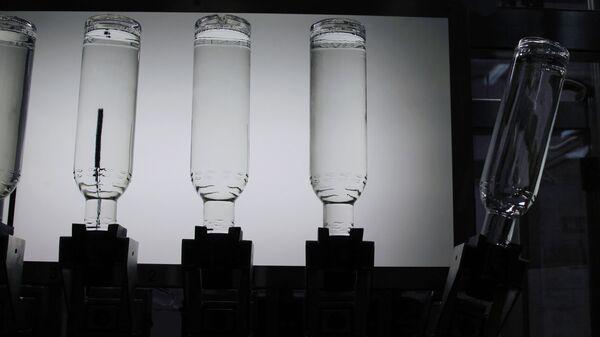 Физики научились максимально быстро выливать жидкость из бутылки