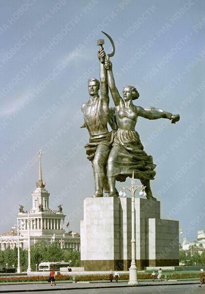 Скульптура Веры Мухиной Рабочий и колхозница в Москве