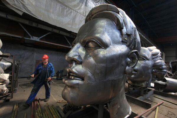 Работа по реконструкции памятника Рабочий и колхозница