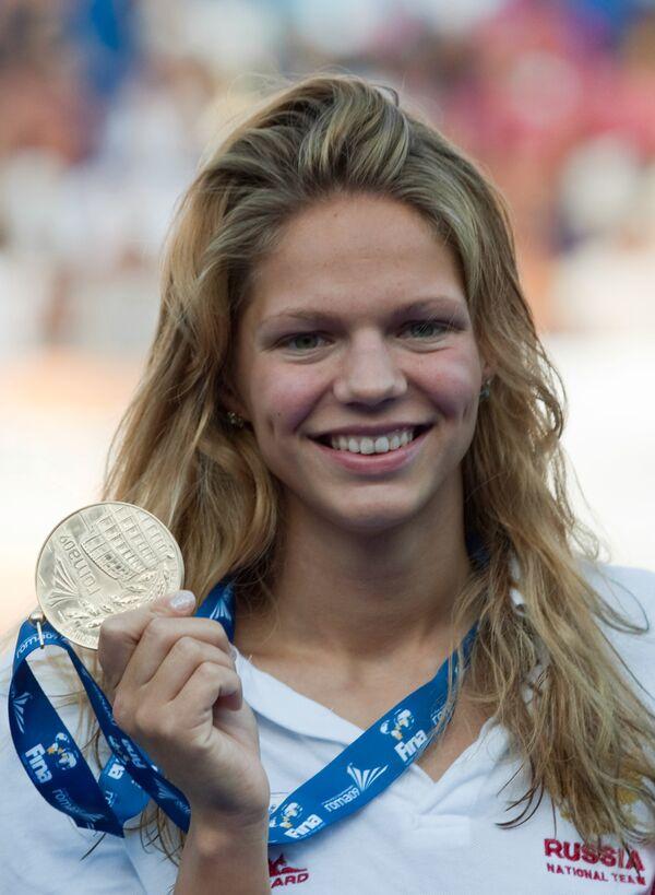 Юлия Ефимова завоевала первую для России золотую медаль в соревнованиях по плаванию