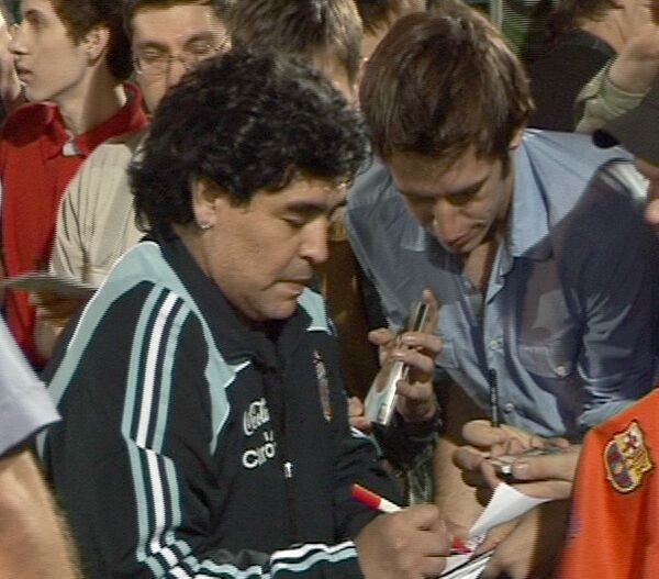 Марадона тренирует подопечных на стадионе в Москве. Видео с места