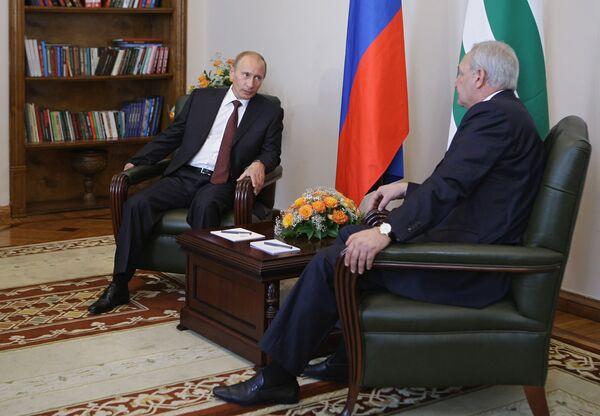 Премьер-министр РФ В.Путин и президент Абхазии Сергей Багапш во время встречи в Сухуми