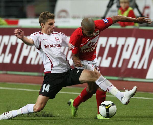 Защитник Москвы Кирилл Набабкин (слева) и нападающий Спартака Веллитон (справа)