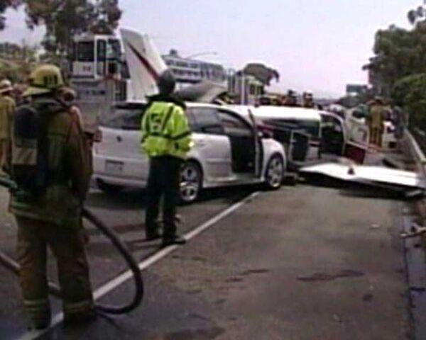 Самолет и три автомобиля столкнулись на скоростном шоссе