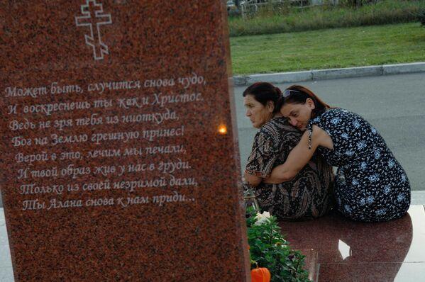На мемориальном кладбище Беслана, где похоронены жертвы теракта