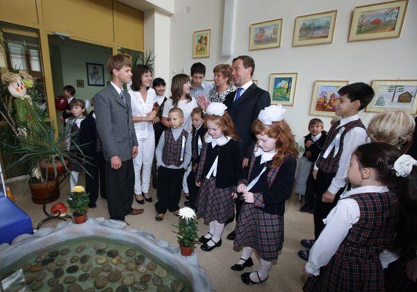 Президент России Дмитрий Медведев в день начала учебного года посетил московскую общеобразовательную школу №518 в Замоскворечье.
