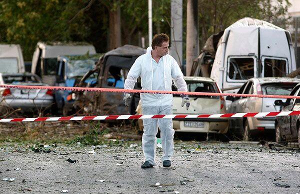Микроавтобус взорвался в среду рано утром возле афинской биржи
