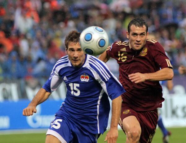 Защитник сборной Лихтенштейна Франц-Йозеф Фогт и российский нападающий Александр Кержаков (слева направо)