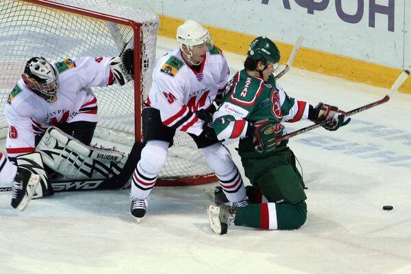 Вратарь Максим Соколов (слева) и Алексей Коледаев