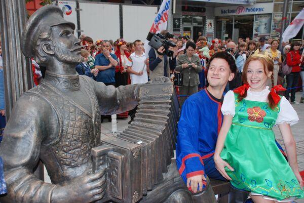 Памятник Саратовской гармошке открылся в городе на Волге