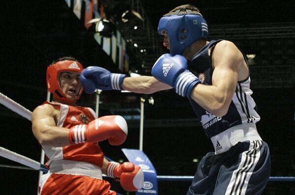 Российский боксер Андрей Замковой (в синем)