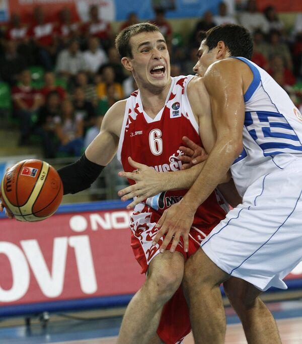 Центровой сборной России Тимофей Мозгов (в красном) и защитник сборной Греции Никос Зисис