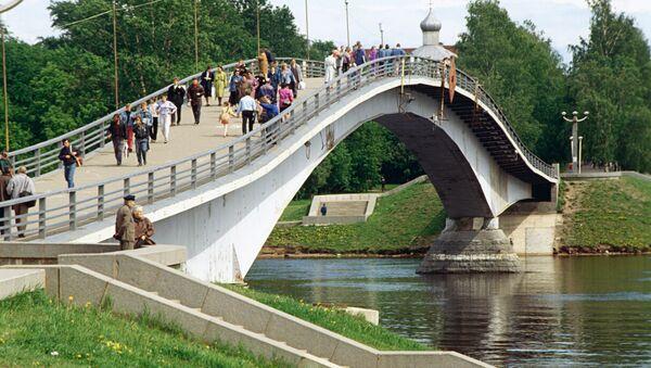 Пешеходный мост через реку Волхов в Новгороде
