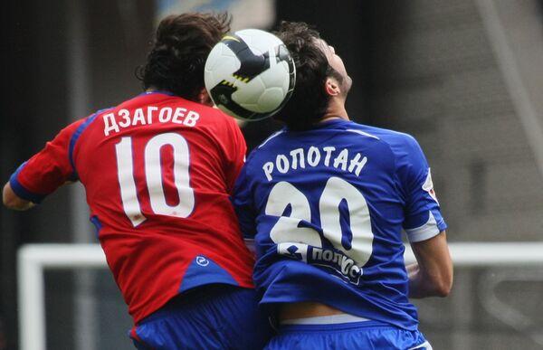 Полузащитник ЦСКА Алан Дзагоев (слева) и полузащитник Динамо Адриан Ропотан (справа)
