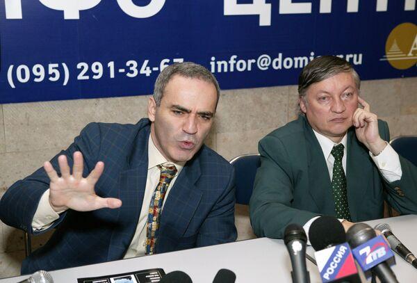Анаталоий Карпов и Гарри Каспаров
