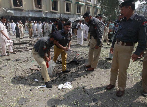 Полиция собирает улики на месте взрыва в Пешаваре