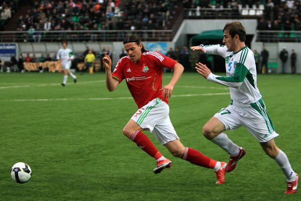 Полузащитник Локомотива Томислав Дуймович (в красном) и полузащитник Терека Адлан Кацаев (в белом)