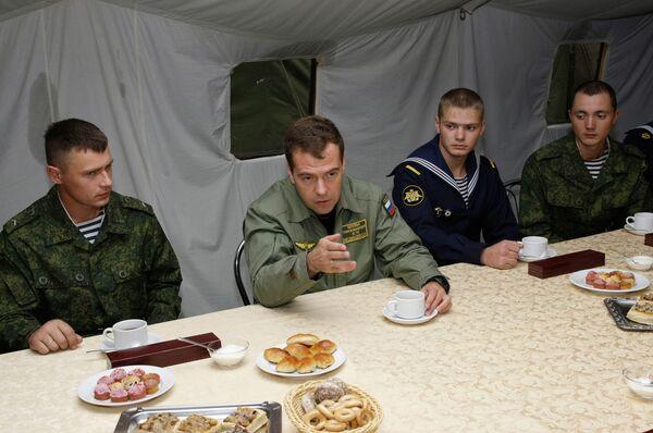 Президент РФ Дмитрий Медведев встретился с военнослужащими, отличившимися в ходе учений Запад-2009
