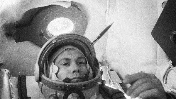 Космонавт Павел Попович в кабине космического корабля Восток-4