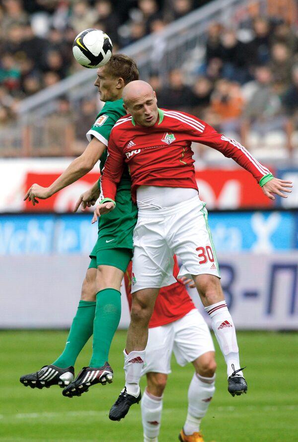 Защитник Локомотива Малхаз Асатиани (справа)