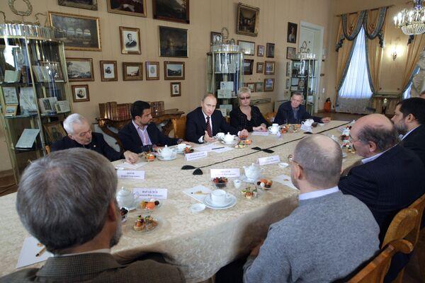 Премьер-министр РФ В.Путин во время встречи с ведущими российскими писателями
