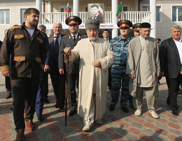 Рамзан Кадыров и Хож-Ахмед Кадыров в селе Центарой после голосования на выборах