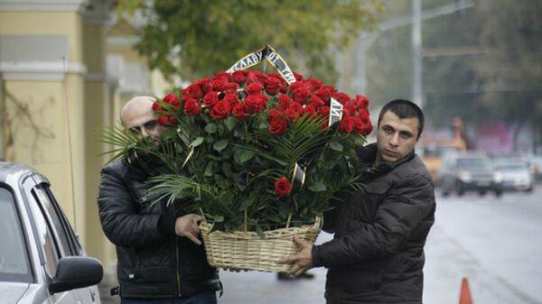 Корзина с цветами для Вячеслава Иванькова (Япончика), похороны которого состоятся сегодня в Москве на Ваганьковском кладбище
